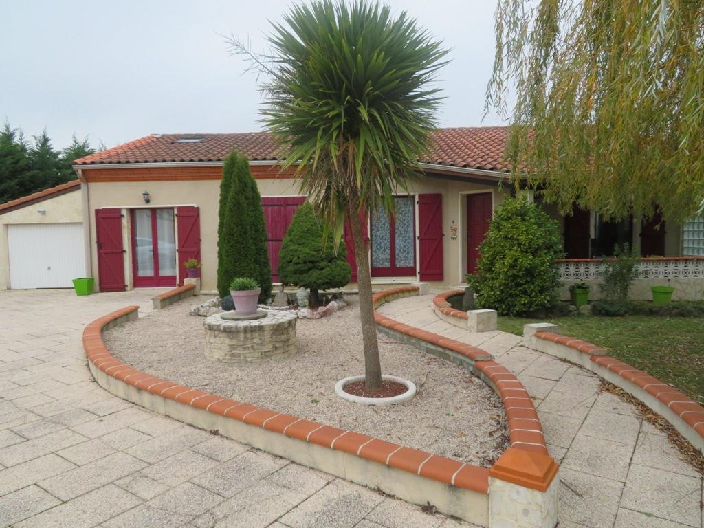 St Lys, villa T4 92.30, plus studio 25.56 m², sur 1114 m² de terrain.