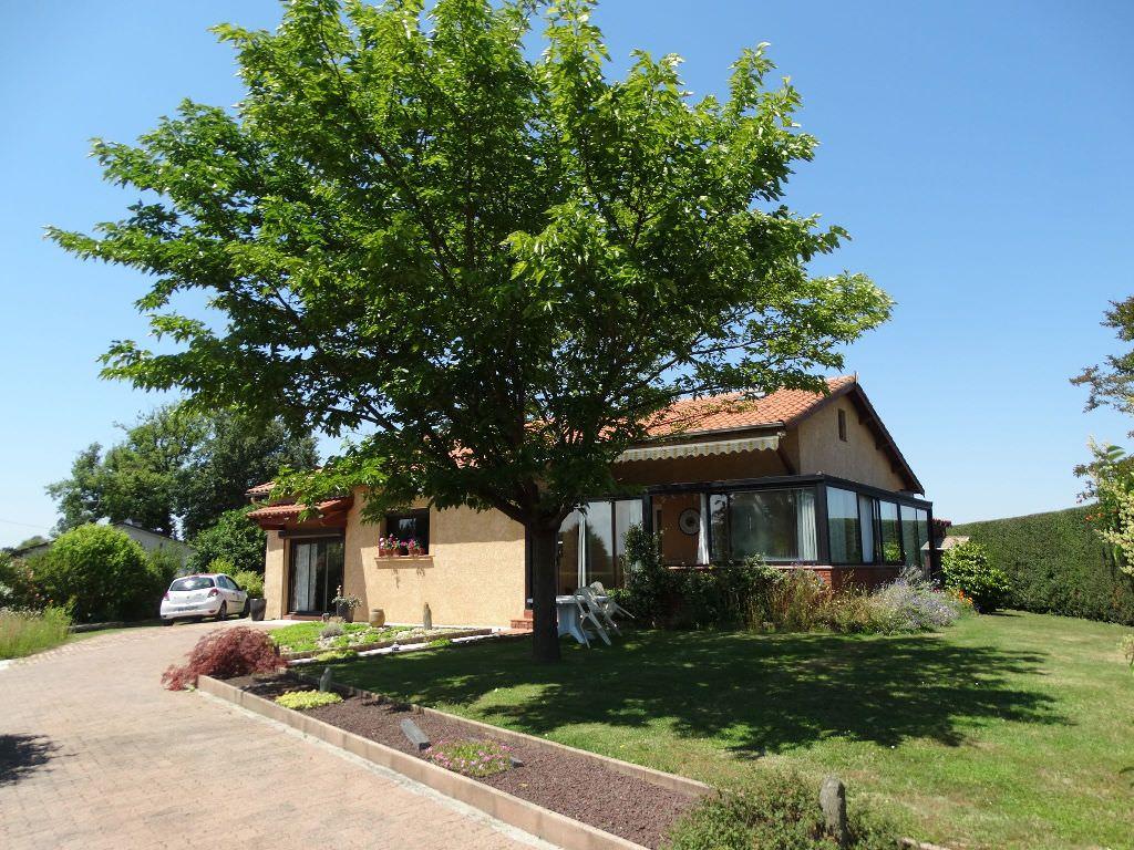 Proche Rieumes, villa T6, 170 m² hab. sur 1980 m² de terrain, piscine, 3 garages.