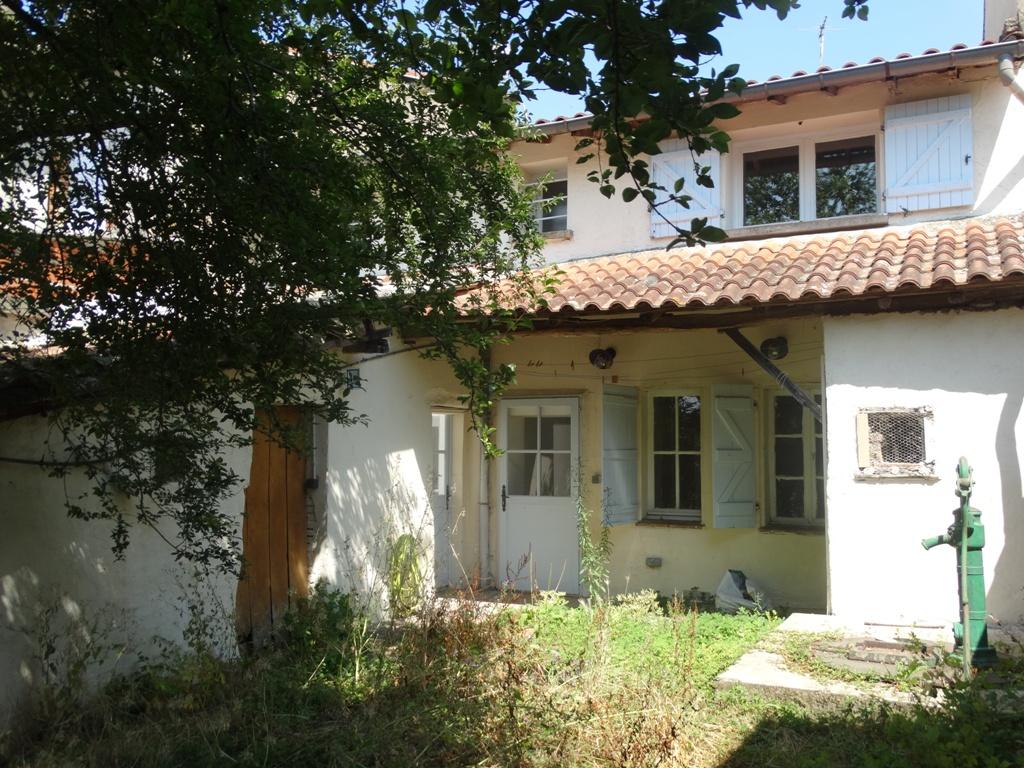 Rieumes Centre, maison de village T4, 150 m² hab. sur 234 m² de terrain.