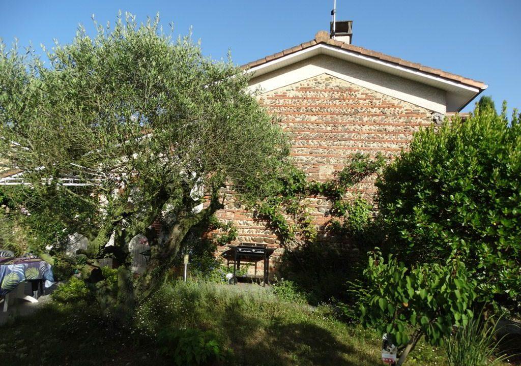 is 017 berat maison de village centre mur en briques et galets 1 2