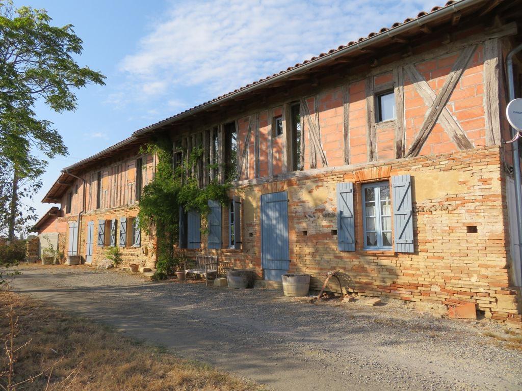 Proche Rieumes, coup de coeur, vue sur les Pyrénées, ferme T7, 235 m² hab. sur 4.40 ha.