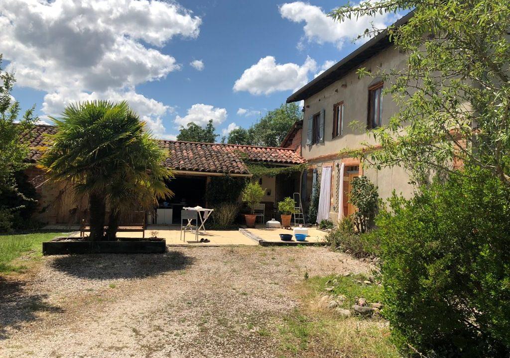 is 005 ferme st lys jardin vue sur les pyrenees calme facade principale verdure 1