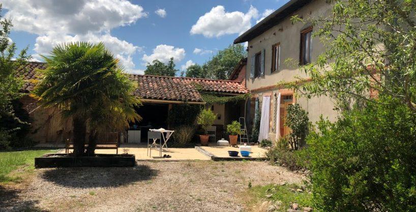 is 005 ferme st lys jardin vue sur les pyrenees calme facade principale verdure