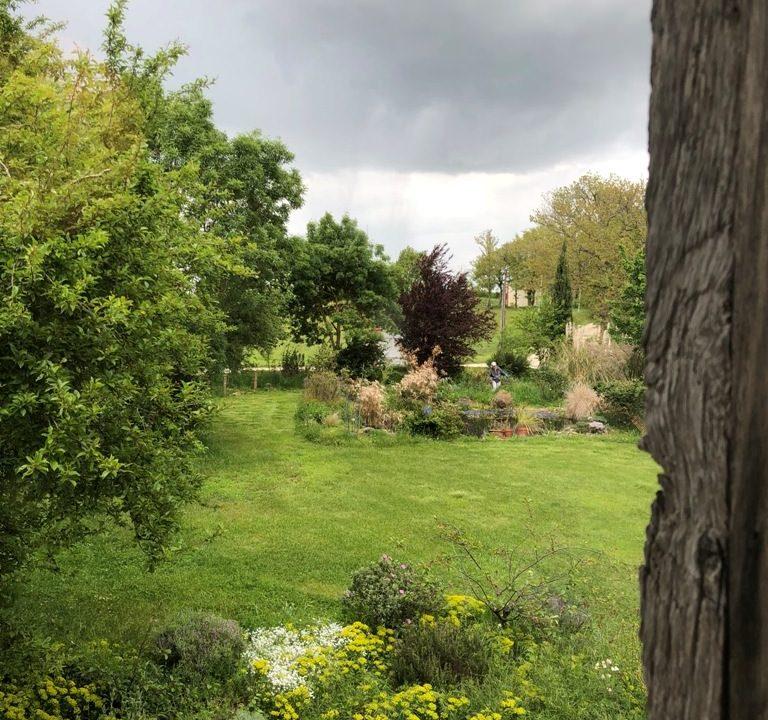 is 005 ferme st lys jardin vue sur les pyrenees calme jardin
