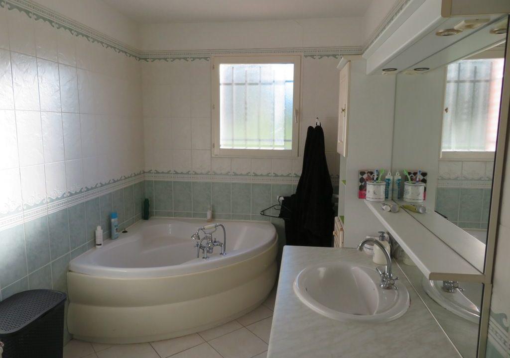 br 011 maison rieumes cuisine salle de bains
