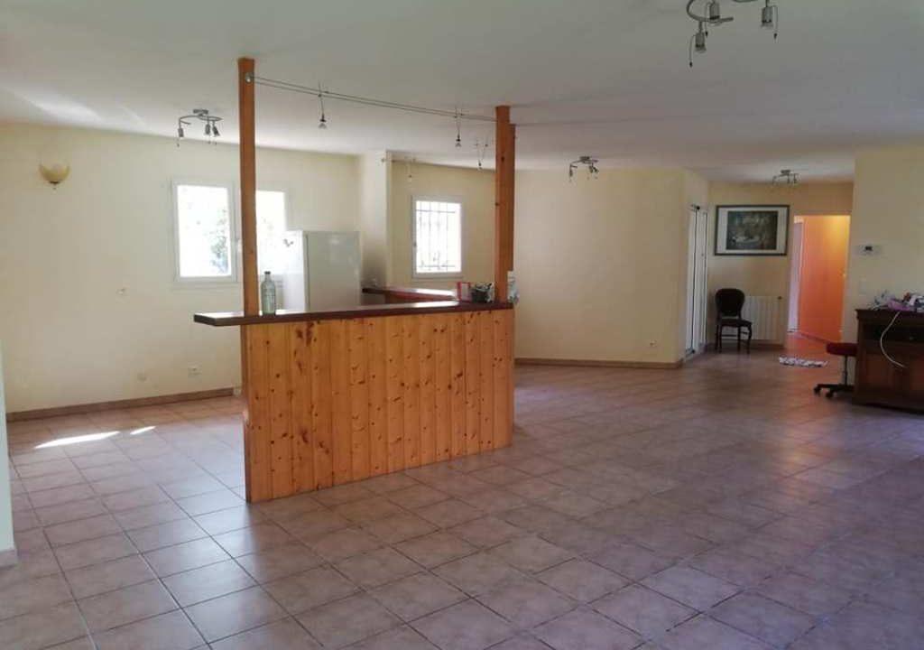 is 001 villa rieumes centre salle a manger vue cuisine