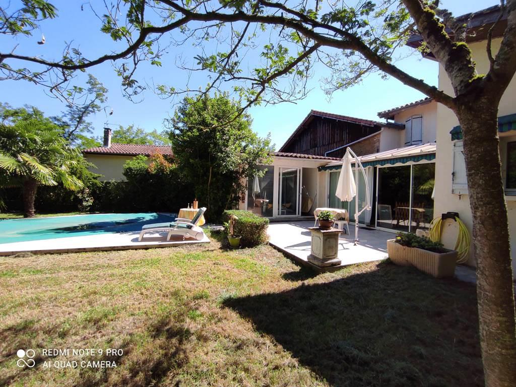 10 mn de Rieumes / Samatan, maison de village T7, 168 m² hab. sur 2492 m² de terrain.