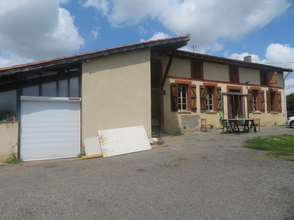 Rieumes, ferme T3, 104 m² hab. sur 5197 m² de terrain. Possibilité de créer 4 terrains à bâtir en plus !